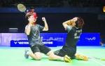 刘成(左)昨日首夺全运会羽毛球单项金牌,为福建军团完美收官。 新华社发 - 新浪