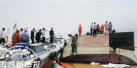 运沙船倒扣,救援人员正在搜寻失踪者(现场救援人员供图) - 新浪