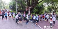 数百名选手奔跑在通往鼓岭的健身道上。 - 新浪