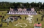 50对新人在碧海蓝天的见证下,携手许下爱的誓言。王东明摄 - 新浪