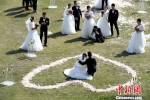 新人在婚礼现场互相留下令人难忘的一刻。王东明摄 - 新浪