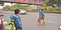 黎明大学人行天桥建成投用 横穿马路现象仍不少 - 新浪