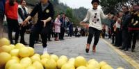 """2017年福建省""""全民健身百村行""""走进永定土楼,选手们正在参加搬柚子比赛。本网记者 林先昌 摄 - 福建新闻"""