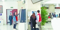 一进入集美区行政服务中心,志愿者便会上前询问是否需要帮助。 - 新浪