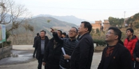 黄莼在驻村干部陪同下察看村里的党建阵地与文化设施建设。魏兴福摄 - 福建新闻