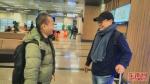 何政刚(右)与同事李彦志一同走出松山机场。 - 新浪