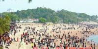 正月初一午后,厦大白城沙滩上游人如织。 - 新浪
