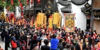 资料图:福州南后街万人空巷观看迎财神民俗活动。王东明 摄 - 福建新闻