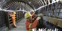 紫五区间联络通道内,施工人员正进行立模板施工。 - 新浪
