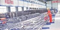 在机械化操作的福厦高铁8标段3号标准化钢筋加工场内,工人正在加工钢筋笼。 - 新浪