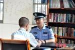 离监探亲前,服刑人员签订遵规守纪保证书。通讯员 供图 - 福建新闻
