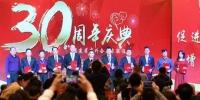 图为10月20日,中外企业家特别贡献奖获得者在会上领奖。 张斌 摄 - 福建新闻
