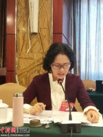 图为尤玉仙在妇代会小组讨论时发言。洪博摄 - 福建新闻