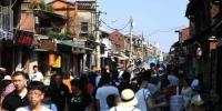 资料图:国庆黄金周首日,福建泉州西街人潮涌动。中新社记者 王东明 摄 - 福建新闻