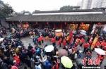 """2月9日,中国农历己亥年正月初五,是春节传统民俗迎财神的日子。福州三坊七巷天后宫""""迎财神""""民俗巡游活动在春雨中举行。 记者刘可耕 摄 - 福建新闻"""