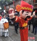 财神人偶向民众送祝福。 记者刘可耕 摄 - 福建新闻