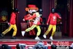 """参加巡游活动的""""抖音""""网红""""小铁头""""身穿红色的卡通财神卫衣,跳着时下流行的""""俄舞""""。 记者刘可耕 摄 - 福建新闻"""