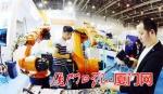 记者探营工博会布展现场,图为工作人员展示焊王工业机器人。 - 新浪