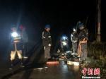 6月10日晚,沙县供电公司公司员工冒雨在10kV官板线917线路82号杆杆基塌方故障现场抢修。三明电力供图 - 福建新闻