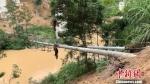 6月11日,尤溪县供电公司员工在西城镇文峰村抢修倒伏电杆。 陈金华 摄 - 福建新闻