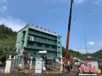 6月11日上午,将乐县供电公司抢修35kV常口变电站主变。三明电力供图 - 福建新闻