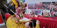 泉州蟳埔女鲜艳的头饰和服饰十分吸睛,不少市民体验其特色文化。 - 福建新闻