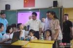 """""""红色科技成长营""""支教课堂上,福州大学副书记林生正与小朋友互动。福州大学 供图 - 福建新闻"""