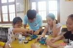 小朋友们认真学习如何操作机器人。福州大学 供图 - 福建新闻