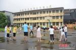 福州大学北斗实践队队员与当地小学生围成一圈玩耍。福州大学 供图 - 福建新闻
