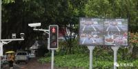 △市民骑电动车闯红灯被抓拍,并在大屏幕上进行曝光 - 新浪
