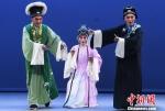 闽剧《双蝶扇》上演重阳节舞台为老年戏迷送上节日祝福。 记者刘可耕 摄 - 福建新闻