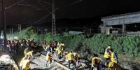 封锁施工启动后,工人清理渣石,以便顺利移轨。 - 新浪