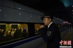 1月14日晚,漳州车务段泉州站的客运值班员林昊在站台上执勤。 庄建华 摄 - 福建新闻