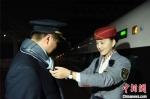 在站台上短暂相聚,妻子马丽为林昊系上围巾。 庄建华 摄 - 福建新闻