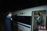 列车即将启动,林昊在站台上目送妻子马丽。 庄建华 摄 - 福建新闻