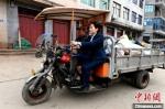 图为蒋玉美乘坐小三轮回邮政所。 王东明 摄 - 福建新闻