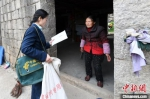 图为蒋玉美走村入户送邮件。 王东明 摄 - 福建新闻