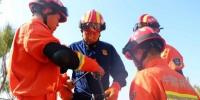 图为张贵良(左二)与队员们在练习绳索救援技能。 - 福建新闻