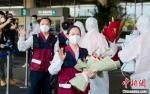 19日,中国赴菲律宾抗疫医疗专家组平安返闽。 贺晟 摄 - 福建新闻