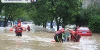 武夷山暴雨致溪水倒灌 街道被淹多人受困消防救援 - 新浪